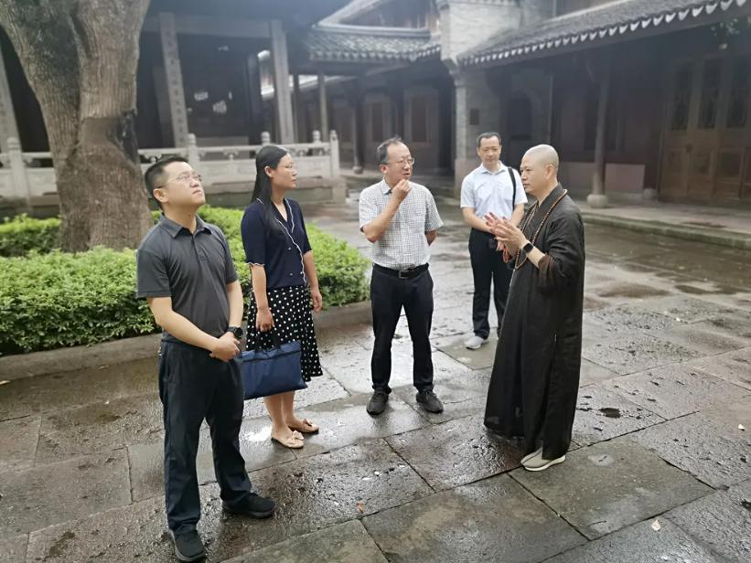 宁波市文化广电旅游局副局长马荧波来七塔禅寺考察