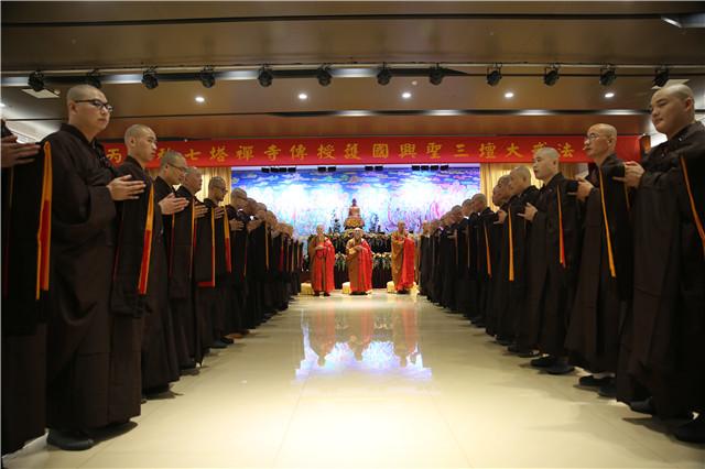 七塔禅寺传授三坛大戒法会举行正授沙弥十戒仪式