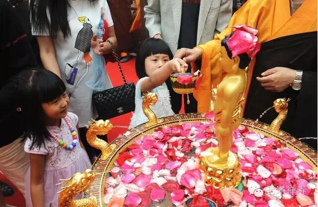 七塔禅寺隆重举行佛诞2560年浴佛法会